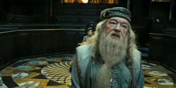 Se a matemática estiver correta, Dumbledore estaria na casa dos 40 anos durante o decorrer da trama.  (Foto: Reprodução Youtube)