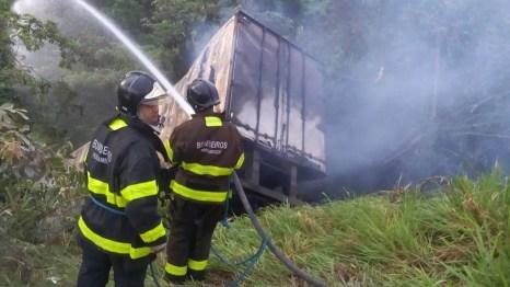 Bombeiros foram acionados para apagar incêndio do caminhão, que colidiu com poste na BR-101, em Paulista (Foto: Corpo de Bombeiros/Divulgação)
