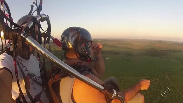 José Carlos Silva Santos é deficiente visual e se emocionou ao voar de paramotor pela primeira vez em Araçatuba (SP) (Foto: Reprodução/TV TEM)