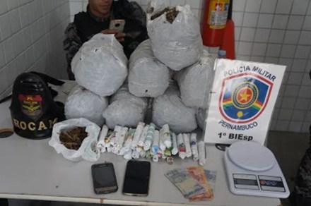 Droga apreendida em Caruaru (Foto: Polícia Militar/Divulgação)