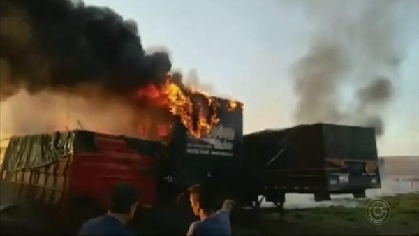 Cinco carretas foram atingidas pelo fogo em Santa Cruz do Rio Pardo (Foto: Repórter na Rua/Divulgação)