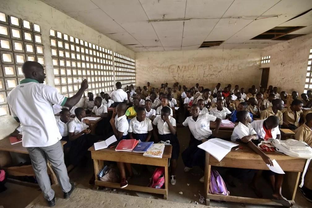 Professor dá aula em escola na Costa do Marfim onde estudava menino morto ao tentar chegar clandestinamente à França — Foto: Sia Kambou/AFP
