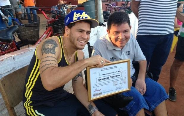Silvinho recebendo homenagem em Guajará-Mirim (Foto: Leile Ribeiro)