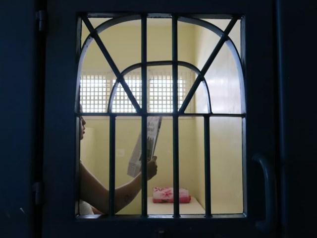 Adolescente em medida socioeducativa lê jornal em alojamento da unidade — Foto: Divulgação