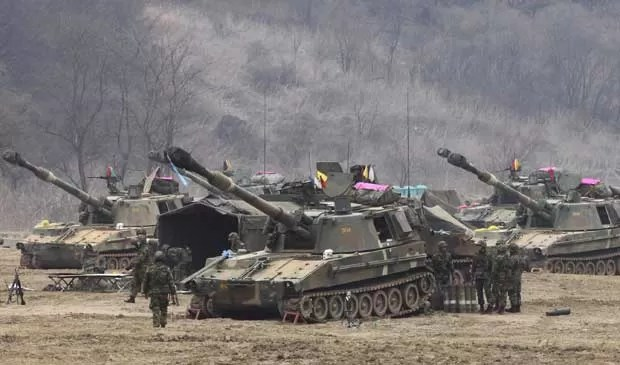 Exército sul-coreano está de prontidão na região fronteiriça de Panmunjom, em Paju. (Foto: Ahn Young-joon / AP Photo)