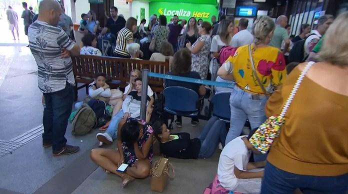 Passageiros sentados e até deitados no chão aguardavam informações sobre voos que sairiam do aeroporto de Porto Seguro — Foto: Clériston Santana/ TV Bahia