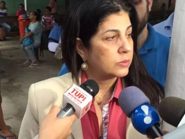 Rosinha Matheus, esposa do ex-governador Anthony Garotinho, tenta visitar o marido, preso em Bangu (Foto: Fernanda Rouvenat/ G1)