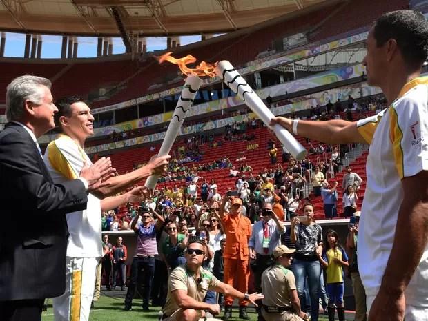 Símbolo dos Jogos do Rio, tocha chega ao Estádio Nacional de Brasília Mané Garrincha de rapel (Foto: Tony Winston/Agência Brasília)
