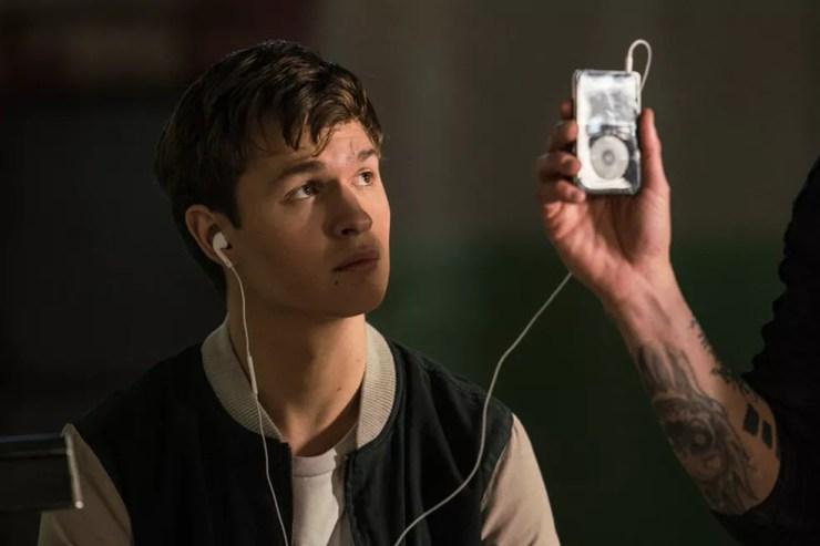 Ansel Elgort com seu iPod no filme 'Em ritmo de fuga' (Foto: Divulgação)