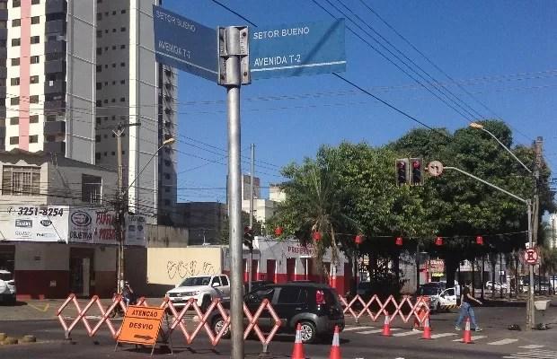Obras causm desvio na Avenida T-7, em Goiânia Goiás (Foto: Vanessa Martins/G1)