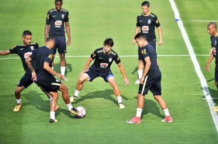 Rodrigo Caio participou do treino da Seleção nesta sexta, no CT tricolor (Foto: Marcos Ribolli)