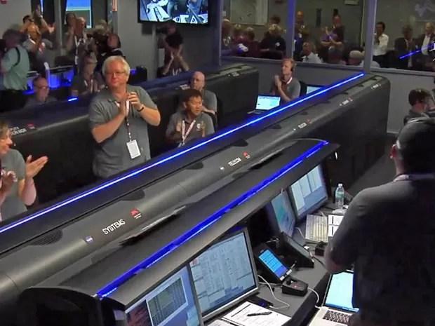 Funcionários da Nasa comemoram a manobra da sonda Juno na órbita de Júpiter (Foto: Reprodução / Nasa)