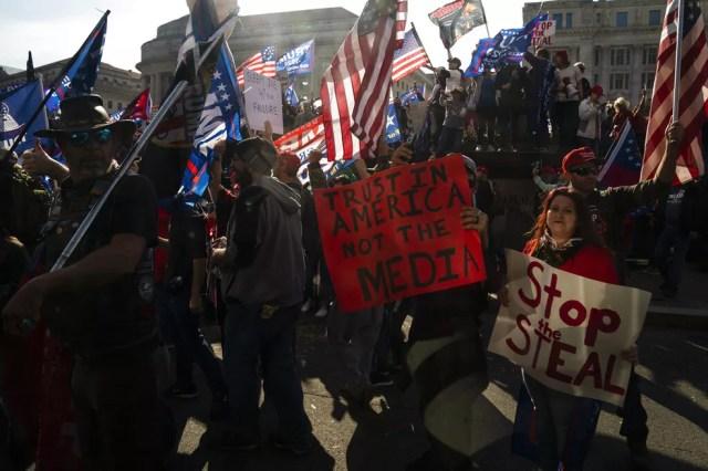 Apoiadores de Trump fazem passeata em Washington, próximo à Casa Branca, neste sábado (14) — Foto: AP Photo/Evan Vucci