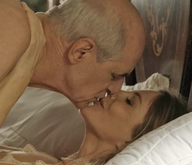 Feliciano e Claudine se amam após o casamento (Foto: TV Globo)