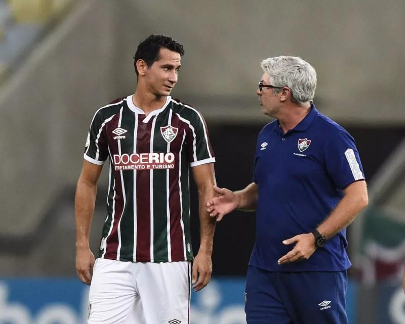 Ganso e Odair Hellmann conversam em Fluminense x Vasco, no Maracanã — Foto: André Durão/ge