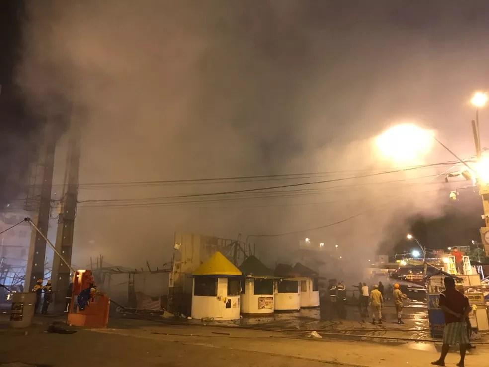 Bombeiros tentam controlar chamas que se espalharam no Parque do Povo, em Campina Grande  (Foto: Artur Lira/G1)