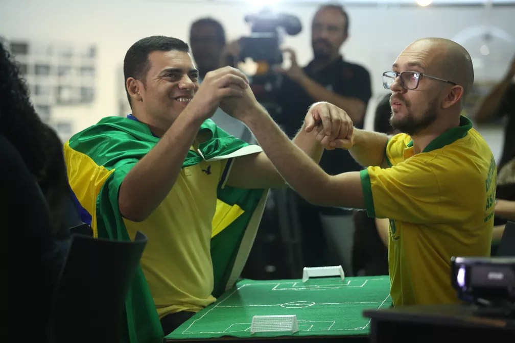 Surdo-cego acompanha jogo do Brasil contra o México com intérprete (Foto: Marcelo Brandt/G1)