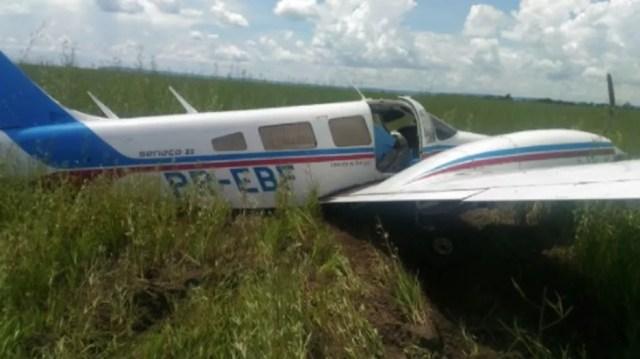 Aeronave está sendo inspecionada em solo após fazer pouso forçado em Tangará da Serra (Foto: FAB/Divulgação)