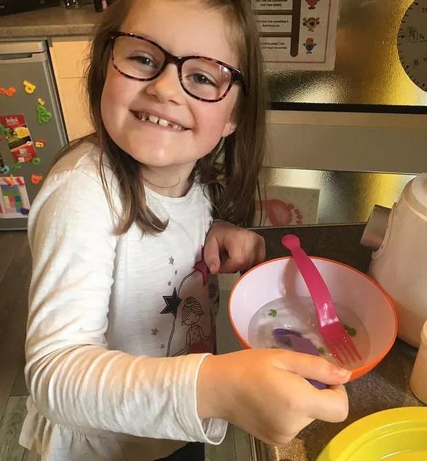 Millie se recuperou a tempo para o Natal (Foto: Reprodução/Daily Mail)