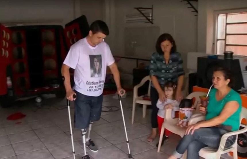Nilandres já usa as próteses para voltar a andar. Ele ficou viúvo de Cristiane e cria os dois filhos do casal, em Passo Fundo, no Rio Grande do Sul (Foto: Reprodução / RBS TV)