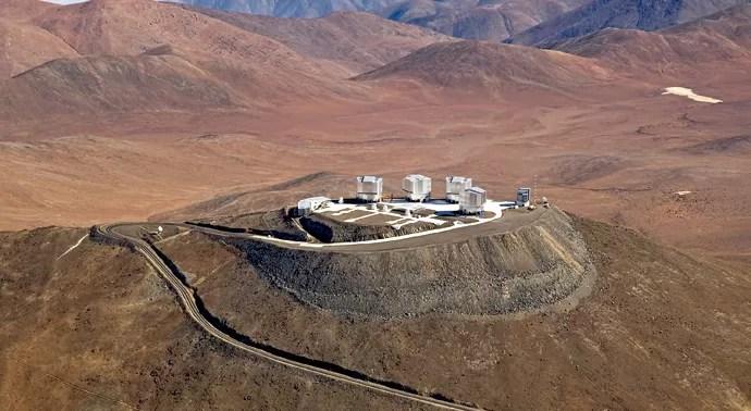 A construção fica no topo do cerro Paranal, no deserto do Atacama, no Chile (Foto: ESO/ G. Lombardi, José Francisco Salgado, J.L. Dauvergne & G. Hüdepohl (atacamaphoto.com))
