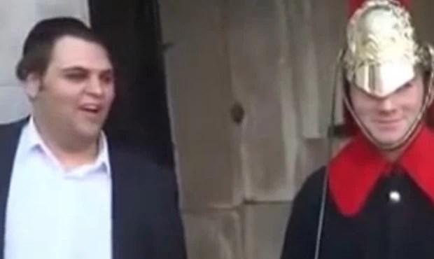 Turista fez piadas ao lado de Guarda Real e conseguiu arrancar sorriso de oficial (Foto: Reprodução/YouTube/George Boon)