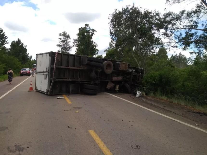 Caminhão tombou e bloqueou a BR-290 em Eldorado do Sul (Foto: Gabriel Bolfoni/RBS TV)