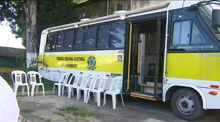 ônibus realiza atendimento biométrico no bairro de Tabatinga, em Camaragibe (Foto: Reprodução/TV Globo)