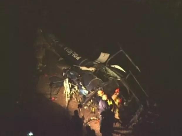 Perícia trabalha em helicóptero que caiu na Zona Oeste do Rio (Foto: Reprodução/ TV Globo)