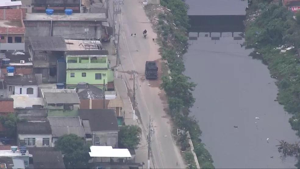 Blindado precisa desviar de barricada na Cidade de Deus — Foto: Reprodução / TV Globo