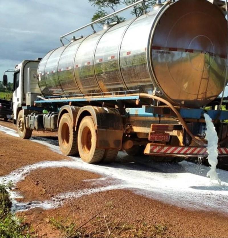 Pecuaristas protestam contra o baixo preço pago pelo leite em Rondônia — Foto: Reprodução/Redes Sociais