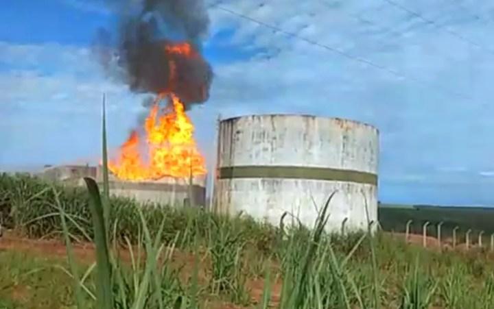 Tanque carregado de etanol pega fogo em usina de Serranópolis após ser atingido por raio — Foto: Wilker Duarte/TV Anhanguera