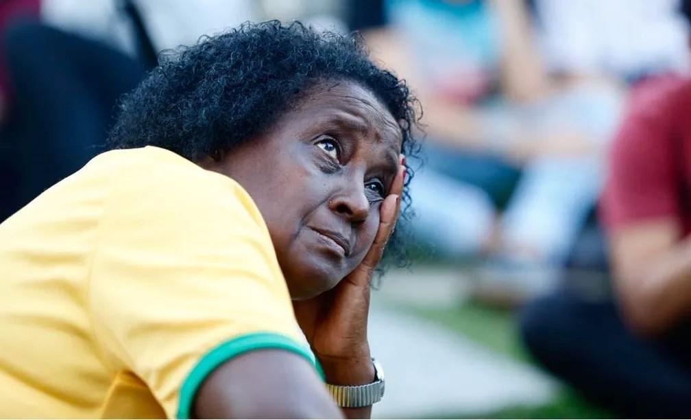 Torcedora que viu o jogo na Praça Mauá não esconde a decepção após o empate na estreia do Brasil (Foto: Marcos Serra Lima/G1)
