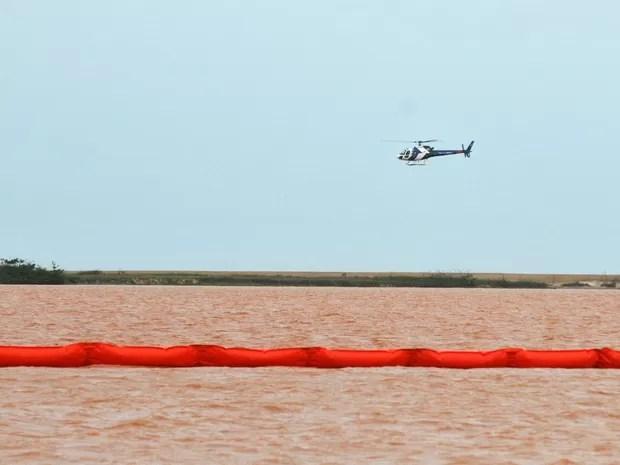 Barreira foi usada para conter lama, mas não funcionou (Foto: Fernando Madeira/ A Gazeta)