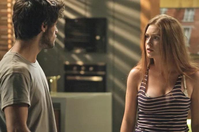 Enquanto Jonatas cobra explicações de Eliza por ter ido com Arthur ao passeio de barco, a ruiva joga na cara no filho de Rosângela que ele estava com Leila (Foto: TV Globo)