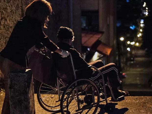 A megera empurra a cadeira de rodas do idoso em direção à escadaria (Foto: Fabiano Battaglin / Gshow)