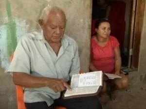 O aposentado Noé Pereira está aprendendo a ler e escrever com 90 anos. (Foto: Reprodução/TV Liberal)