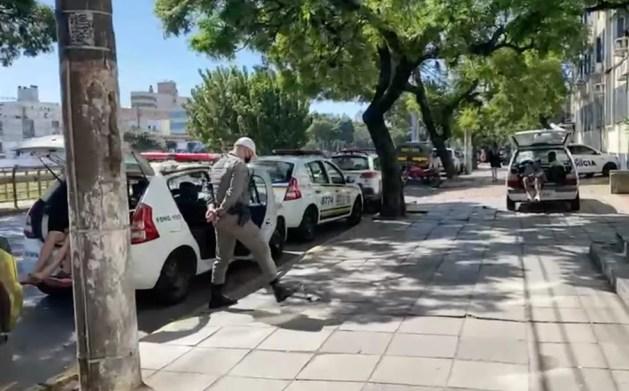 Presos aguardam dentro de viaturas na frente do Palácio da Polícia, em Porto Alegre. — Foto: Ugeirm/Divulgação