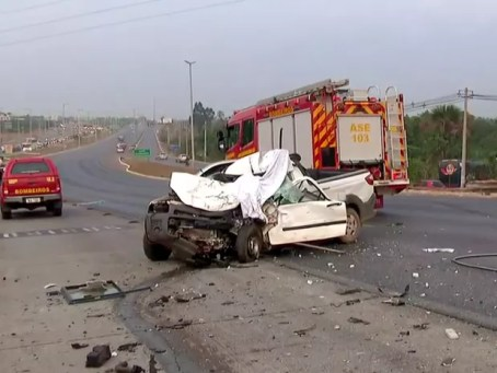 Carro destruído após bater de frente com ônibus na EPTG, em Brasília, nesta sexta-feira (16) (Foto: TV Globo/Reprodução)