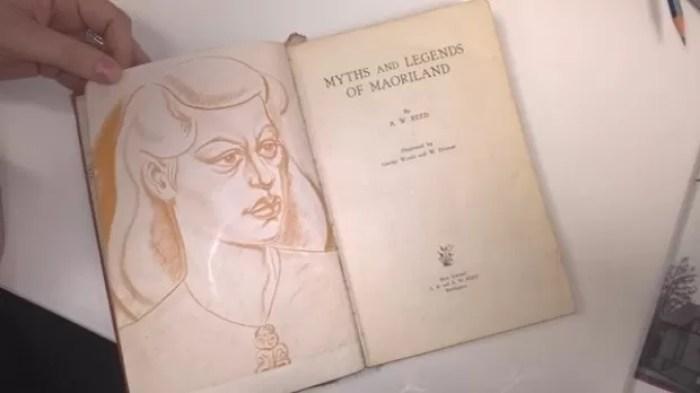 Obra 'Myths and Legends of Maoriland', do escritor Alexander Wyclif Reed, tinha sido retirada emprestada em dezembro de 1948 (Foto: Reprodução/Twitter/Auckland Libraries)