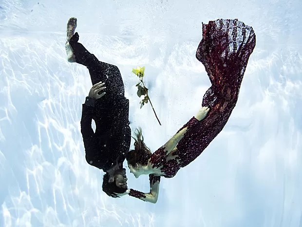 Embaixo d´água, Rodrigo e Juliana mostram em momento de puro romantismo (Foto: Neto Fernandez / Divulgação)