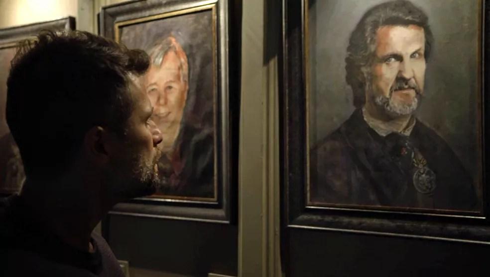 Gabriel (Bruno Gagliasso) se depara com o retrato de Egídio (Antonio Calloni) — Foto: TV Globo