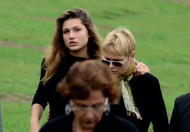 Sasha e Xuxa no enterro de Cirano Rojabaglia (Foto: Roberto Teixeira / EGO)