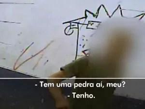 Repórter usa câmera escondida para mostrar a compra do crack em Porto Alegre (Foto: Reprodução/RBS TV)