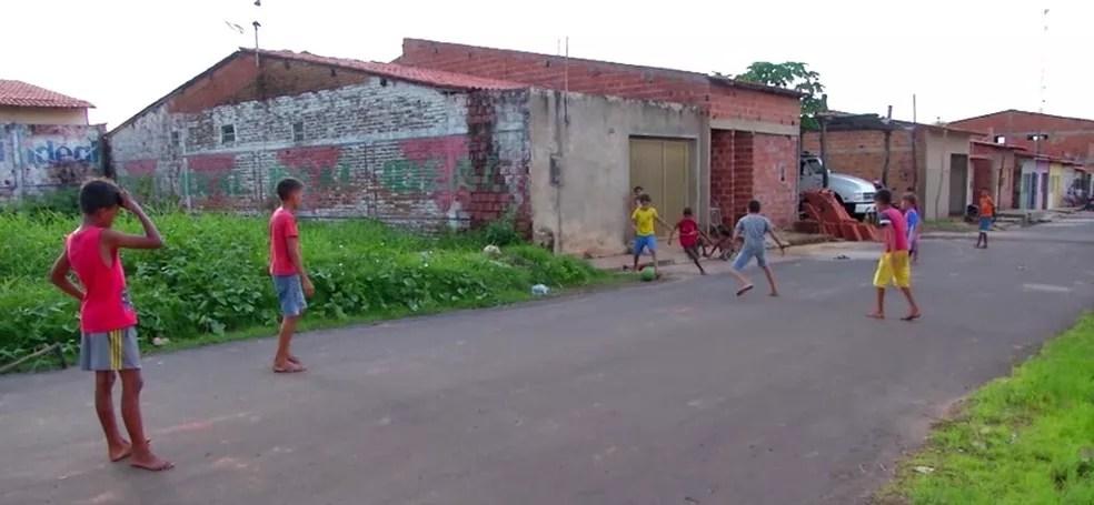 Crianças costumavam jogar bola em uma rua de Presidente Dutra (MA) — Foto: Reprodução/TV Mirante