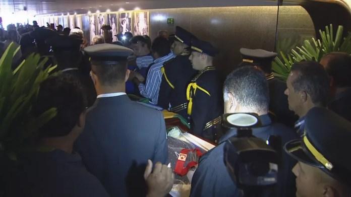Caixão de Roriz é retirado do Memorial JK — Foto: Reprodução/TV Globo
