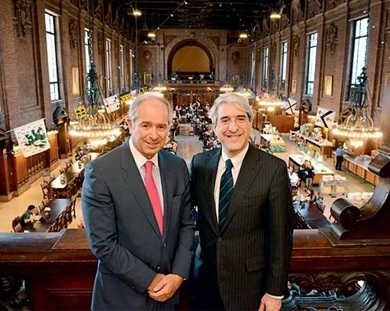 Stephen Schwarzman com Peter Salovey, o milionário doou US$ 150 milhões à universidade (Foto: Divulgação)