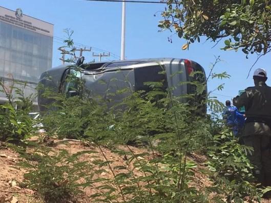 Motorista ainda capotou em seu veículo após causar acidente na Avenida dos Holandeses em São Luís (Foto: Zeca Soares/G1)