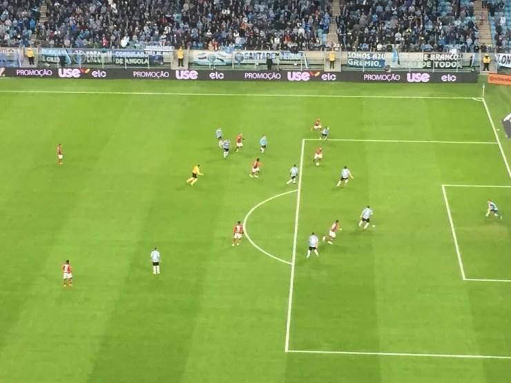 Diego entra na área pelo chão: mesmo com Grêmio bem fechado, Rubro-Negro buscou espaços com toques curtos (Foto: Raphael Zarko)