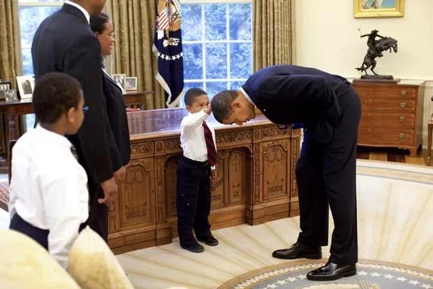 Foto de Obama abaixando para que o menino toque sua cabeça está pendurada na Casa Branca (Foto: The New York Times/Pete Souza/Casa Branca)